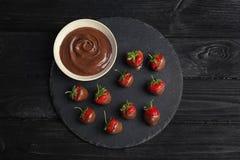 Состав с шоколадом покрыл клубники на деревянной предпосылке Стоковое Изображение RF