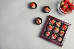 Состав с шоколадом покрыл клубники на серой предпосылке, взгляд сверху Стоковые Фотографии RF