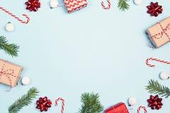Состав украшений рождества над голубой предпосылкой с полисменом стоковые фото