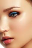 состав фокуса косметик селективный Сторона ` s женщины с ярким составом Стоковое Изображение
