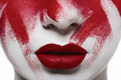 Состав хеллоуина кровопролитный Губы и кровь крупного плана красные на коже Стоковые Изображения
