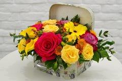 Состав цветка в стильной коробке шляпы стоковые изображения