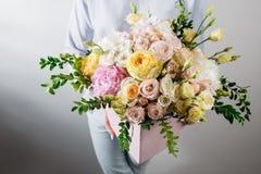 состав цветка с гортензией и пионами Покрасьте пинк, зеленый цвет, lavander, голубое бумага kraft хрустящая упаковка Стоковая Фотография RF