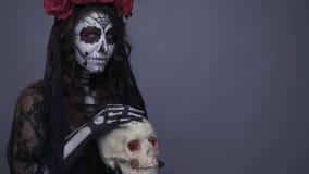 Состав черепа на девушке в черной шали Женщина ласкает человеческий череп нежно Замедленное движение бита видеоматериал