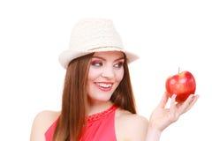 Состав шляпы лета женщины красочный держит плодоовощ яблока Стоковое фото RF