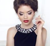 состав jewelry бобра Женщина с красными сексуальными губами, глаз брюнет Стоковое фото RF