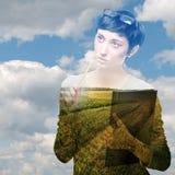 Состав Mulitexposure с полем и небом женщины Стоковая Фотография