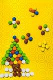 Состав ` s Нового Года от пестротканых помадок Дерево Нового Года от пилюлек ` s ребенка Стоковые Изображения