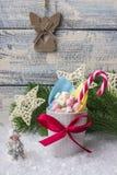Состав `s Новый Год Кружка с зефирами других цветов, на снеге с рождеством забавляется Стоковое Изображение