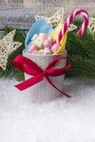 Состав `s Новый Год Кружка с зефирами других цветов, на снеге с рождеством забавляется Стоковая Фотография RF