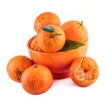 Состав tangerines мандаринов в оранжевой чашке на белизне Стоковое Изображение