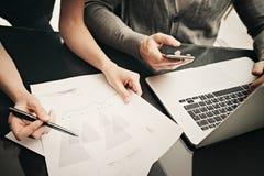 Состояние бизнеса, работа команды Менеджер финансов фото крупного плана работая современный офис с новым проектом дела использова Стоковое фото RF