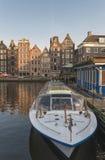 Состыкованная шлюпка на канале в Амстердаме Стоковые Фото