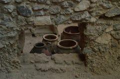 Сосуды эффектно сохраненные внутри комплект домов в археологических раскопках Acrotiri Археология, история, перемещение стоковые изображения