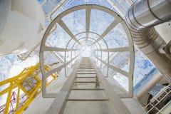 Сосуд и лестница для идут к верхнему соплу процесса обезвоживания газа на оффшорной платформе центральный обрабатывать нефти и га стоковая фотография rf