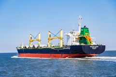Сосуд контейнера около Helgoland на ее пути к Гамбургу стоковые фото