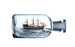 Сосуд плавания в стеклянной бутылке стоковая фотография