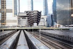 Сосуд TKA, винтовая лестница, с железной дорогой и поездами во фронте, skycrappers позади, дворы Гудзона, западная сторона Манхэт стоковые фотографии rf
