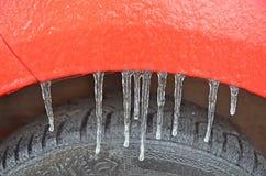 Сосулька на теле ` s автомобиля после замороженного дождя стоковые фото
