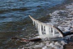 Сосульки на имени пользователя замерзая пруд, резервуар Ob, Сибирь, Россия стоковые изображения
