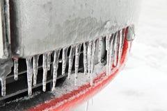 Сосульки на красном бампере автомобиля Стоковые Фото