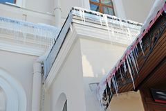 Сосульки на крыше Стоковое Изображение