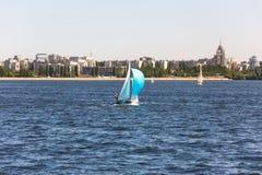 Сосуды плавания на реке против города Стоковое Изображение