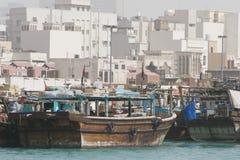 Сосуды плавания доу Дубай ОАЭ старые деревянные состыкованы вдоль стороны Deira Dubai Creek. Стоковое Изображение