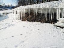 Сосульки висят от блока таяния льда весной Стоковая Фотография RF