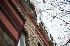 Сосульки вися от крыши здания Стоковые Фотографии RF