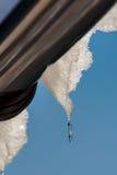 Сосульки капая от крыши Стоковая Фотография