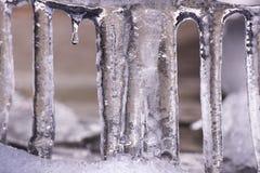 Сосульки которые расплавили и упали с крыши в снег Стоковая Фотография