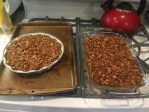 2 сотейника сладкого картофеля покрытого с зажаренными в духовке пеканами Стоковое Фото
