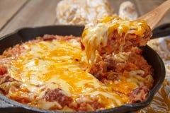 Сотейник капусты с говядиной, рисом и сыром стоковые изображения