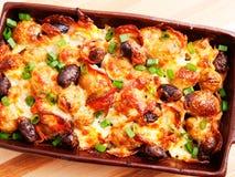 Сотейник картошки с оливками стоковое изображение
