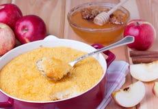 Сотейник кускус с яблоками, медом и циннамоном Стоковое фото RF