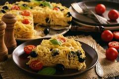 Сотейник макаронных изделий с томатами, оливками и сыром стоковые изображения rf