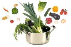 Сотейник с овощами на белой предпосылке стоковая фотография