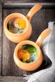 Сотейник с яичками, шпинатом и пармезаном для завтрака Стоковые Фотографии RF