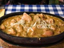 Сотейник цыпленка с миндалинами, сливк и расплавленным сыром стоковые фото