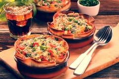 Сотейник шпината печет с сыром и томатом на деревянной предпосылке стоковая фотография rf