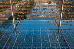 Сотни влюбленности фиксируют смертную казнь через повешение на мосте в Любляне, Словении Стоковое фото RF