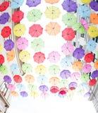 Сотни поплавка зонтиков над улицами Стоковая Фотография