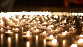 Сотни свечей горя во время события церков видеоматериал