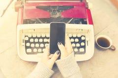 Сотовый телефон, кружка кофе и машинка года сбора винограда стоковая фотография rf