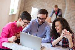 Сотрудники дела обсуждая новые идеи и коллективно обсуждать в офисе Стоковые Фото