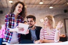 Сотрудники дела обсуждая новые идеи и коллективно обсуждать в офисе Стоковое фото RF