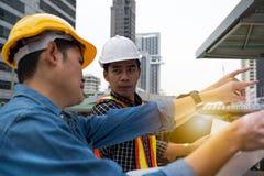 Сотрудники инженера обсуждая двигать вперед план стоковое фото rf