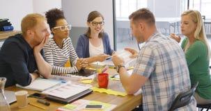 Сотрудники на таблице с документами Стоковые Изображения RF
