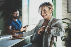 Сотрудники работая процесс дома Молодая белокурая женщина работая вместе с бородатым человеком коллеги на современном домашнем оф Стоковые Фото